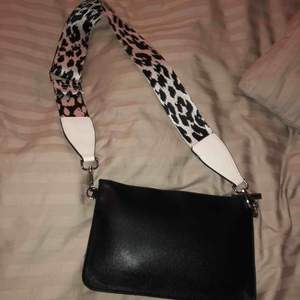En svart väska med leopard band. Inte använt. Skriv om du är intresserad! Frakt ingår ej i priset.