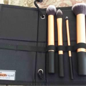 Hämta hos mig i Majorna eller jag skickar , bra sick 😀( bara väska ) Märke: Real Techniques Typ: Sminkväska Modell: Sminkborsthållare Färg: Svart Bredd (cm): 20 Djup (cm): 1 Höjd (cm): 18
