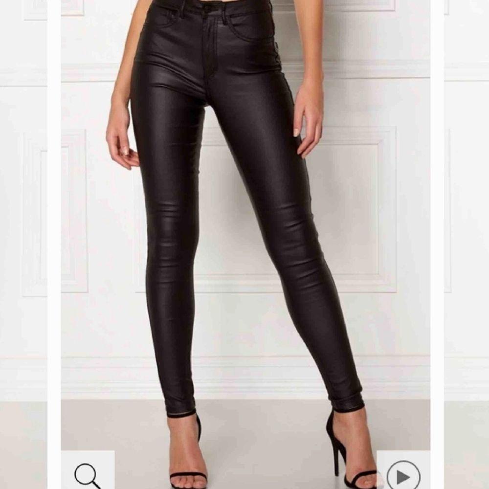 Populära glansiga skinnbyxor från Vero Moda i storlek XS. Tajta och snygg passform. Använda fåtal gånger och köpta för 399. Jeans & Byxor.