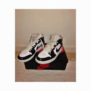 """Customized Jordan 1 i strl 39. Gjorda av mitt ex med Angelus-färg o behöver därför vårdas bättre (kanske fyllas i?) än vanliga AJ1s då färgen kan """"crack"""" av användning. Använda 2 månader, lite smutsiga skosnören och på tyget.  Köparen står för frakt :-)"""