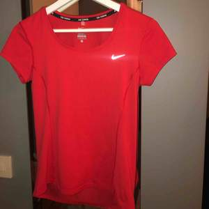 Röd tränings-T-shirt från Nike