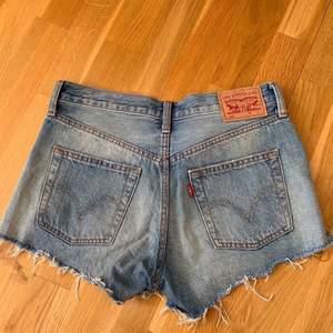 Skitsnygga Levis shorts som tyvärr har blivit lite små för mig😭 (Levis modell 501) skulle säga att de passar folk som vanligtvis har s i shorts🦋🦋  använda men i bra skick! Nypris: ca 550kr