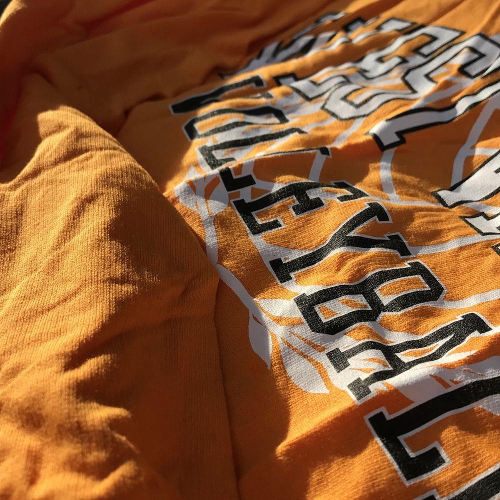 (Bör strykas), bra skick, orange/gul med tryck. Kortare och lite bredare modell med långa ärmar. . Tröjor & Koftor.