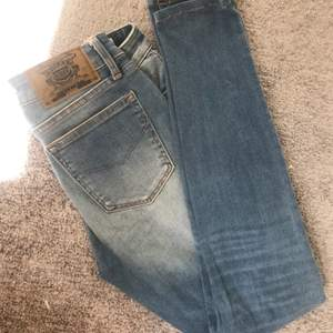 Ett par nästan oanvända jeans från Crocker! Skräddarsydda/uppsydda enligt min längd 157. Frakt tillkommer 🥰