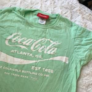 T shirt med coca cola tryck i en mint grön färg