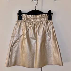 Jag säljer en guldfärgad kjol från en liten butik i Paris. Den är i fint skick då den är väldigt oanvänd pga för liten för mig. Storleken är XS. Jag säljer den för 150kr plus frakten 💕
