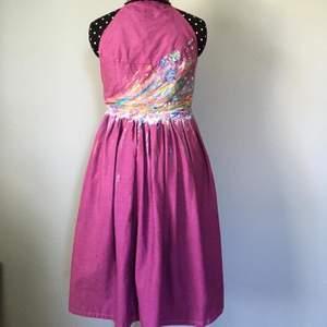 En st festklänning. (Använd en gång)   Egensydd  Färgat tyget och även målat på den.