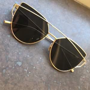 Ett par guldfärgade solglasögon. Helt oanvända, alltså noll slitage. Postas endast, 42kr. Postar även samma dag betalning sker! Mvh Marija