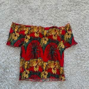 Jätte skön å fin off shoulder tröja, aldrig använd. Storlek medium men passar small oxå.