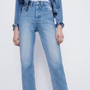 Ett par raka jeans från zara. Dessa är inte identiska med de jag har, men hittar ingen bild på dem då jag tror de är slutsålda, men de liknar mycket. Jättebra skick, bara använda ett par fåtal gånger. Säljer pga fel storlek.