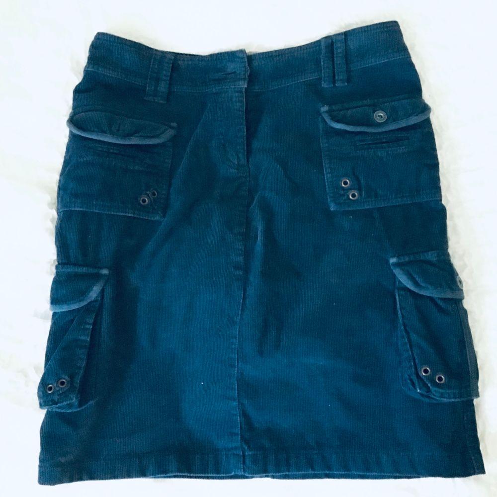 Cool och unik kjol i corduroy material med flera fickor i utility-stil. Ungefär knä längd. Säljes pga lite stor för mig. Frakt ingår :). Kjolar.