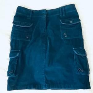 Cool och unik kjol i corduroy material med flera fickor i utility-stil. Ungefär knä längd. Säljes pga lite stor för mig. Frakt ingår :)