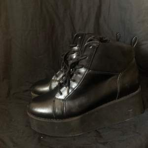 Plattformskor i sorlek 39. 💓 skorna är knappt andvända och som i nytt skick, plattformen är 6cm hög och går bra att gå i.  Säljer pågrund av att dem aldrig andvänds 💓 300kr +frakt