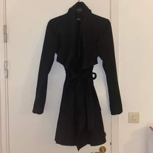 Helt ny kappa ifrån Bikbok, har aldrig använt den. 🙂 den är lite tjockare så man kan ha den på vintern, det är storlek S