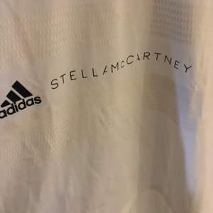 Oversized Träningströja från Adidas x Stella McCartney. Endast använd 1 gång (tvättad). Stl. M