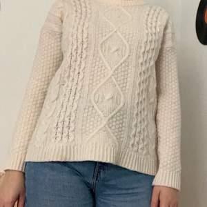 Denna tröja är använd ett fåtal gånger den är i mycket bra kvalitet på! Perfekt plagg till hösten eller vintern🍂