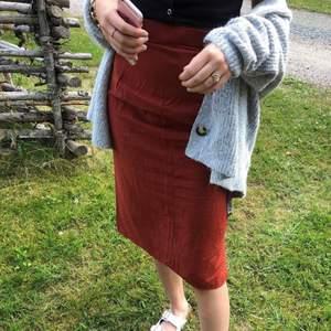 säljer min roströda midi skirt som jag köpte second hand för något år sedan. strl S/M, säljer för 100kr 🍒🎈