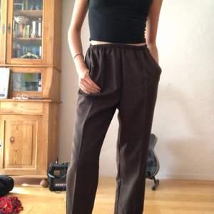 Mjuka bruna kostymbyxor! De är ganska långa i benen (jag är 167cm). Supersnygga till en vit oversized T-shirt eller en snygg kort tröja. Köpare står för frakt 💞💞
