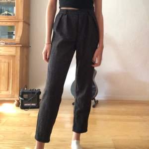 Grå/ svarta kostymbyxor i mjukt material. Passar perfekt nu till hösten! Köpare står för frakten💗