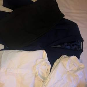 Kostym byxor från Tiger of Sweden i storlek 48. Skjorta från Cubus i storlek 34. Skjorta från Pier One i storlek ca. Kavaj från Burton Menswear London i storlek 36. 500 för allt, separat pris kan diskuteras.