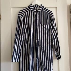 Mörkblå-vit-randig skjortklänning från HM, stl 34. Fint skick! + 50kr frakt