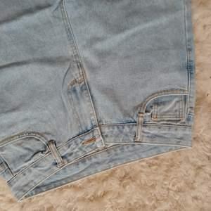 Säljer dessa splitternya jeansen från hemsidan Aromiya, de är storlek XL men är för korta i benen för mig (är 172) bra material, passar nog bra på en något kortare person. Har testat en gång annars helt oanvända.