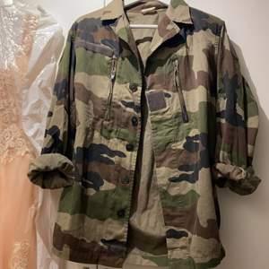 Supersnygg militärjacka som jag köpte i Stockholm. Kommer tyvärr inte längre till användning. Köparen står för frakt alt. möts upp i Linköping.💜