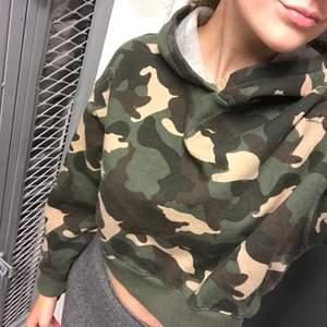 Jättehärlig camo hoodie som är använd några gånger men nästan som ny! Frakt ingår i priset!