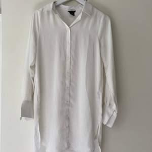 Vit, lite längre skjorta från Lindex. Endast använd en gång. Köparen står för frakten.