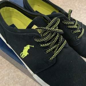 (Självklart äkta) svarta Ralph Lauren-skor. Använda en gång, så de är i jättefint skick. De torkas såklart av innan försäljning. Köparen står för frakt, men kan även mötas upp i Norra Stockholm. Säljes pga fel storlek. Hör av er vid frågor! Nypris: 899kr