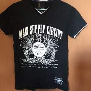 T-shirt som mest fungerat som hyllvärmare. Använd o tvättad några gånger. Köpare betalar frakt