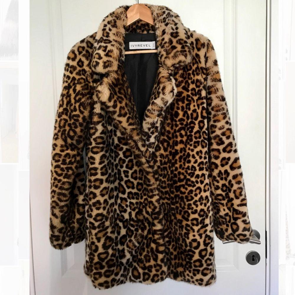 Supermjuk pälsjacka i leopardmönster ifrån Ivy Revel. Perfekt nu till hösten/vintern! Mycket fint skick! Ej äkta päls. Nypris: 1 199kr FRAKT INGÅR!. Jackor.