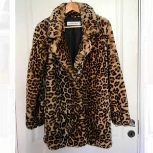 Supermjuk pälsjacka i leopardmönster ifrån Ivy Revel. Perfekt nu till hösten/vintern! Mycket fint skick! Ej äkta päls. Nypris: 1 199kr FRAKT INGÅR!