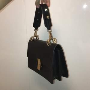 En super snygg väska från Gina Tricot. Max använt två gånger.💗