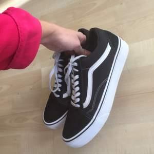 Vans oldschool, klassisk sneaker i toppskick då de knappt blivit använda. Ena skosnöret har remmat upp sig lite (se bild). Storlek 39. Finns i västertorp men kan mötas upp vid kth eller i Stockholm. Går skicka mot fraktkostnad.