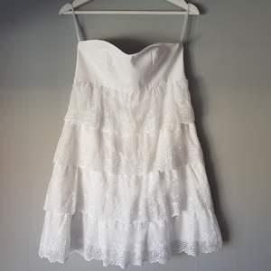 Fin vit bandeauklänning från Bubbleroom, använd endast 1 gång.