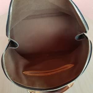 Jag säljer nu min 100 % äkta Vintage Louis Vuitton i modellen Alma storlek MM.  Fin handväska Fransk tillverkad.  Väskan är i fantastiskt skick.  Finns inget kvitto men en dustbag finns tillhörande väskan.  Tillverkningsland : Frankrike ( År 1996 )  Datumkod/serienummer: BA0936  Jag svarar gärna på ytterligare frågor och kan skicka mer bilder om ni önskar.