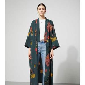 Superfin Kimono från Weekday.  Aldrig använd, prislappen är fortfarande kvar. Inköpt i våras.  Nypris 600kr