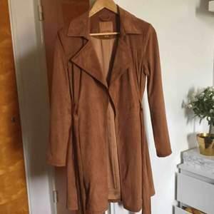🍁 Supersnygg konjaksbrun kappa i fakemocka (polyester) får tyvärr för lite kärlek hos mig. Vid frakt tillkommer 79kr 🍁