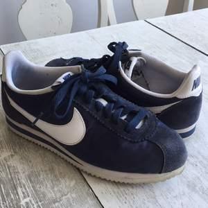 Blåa Nikeskor i modellen Cortez. Fint skick och nästan oanvända. 80kr frakt
