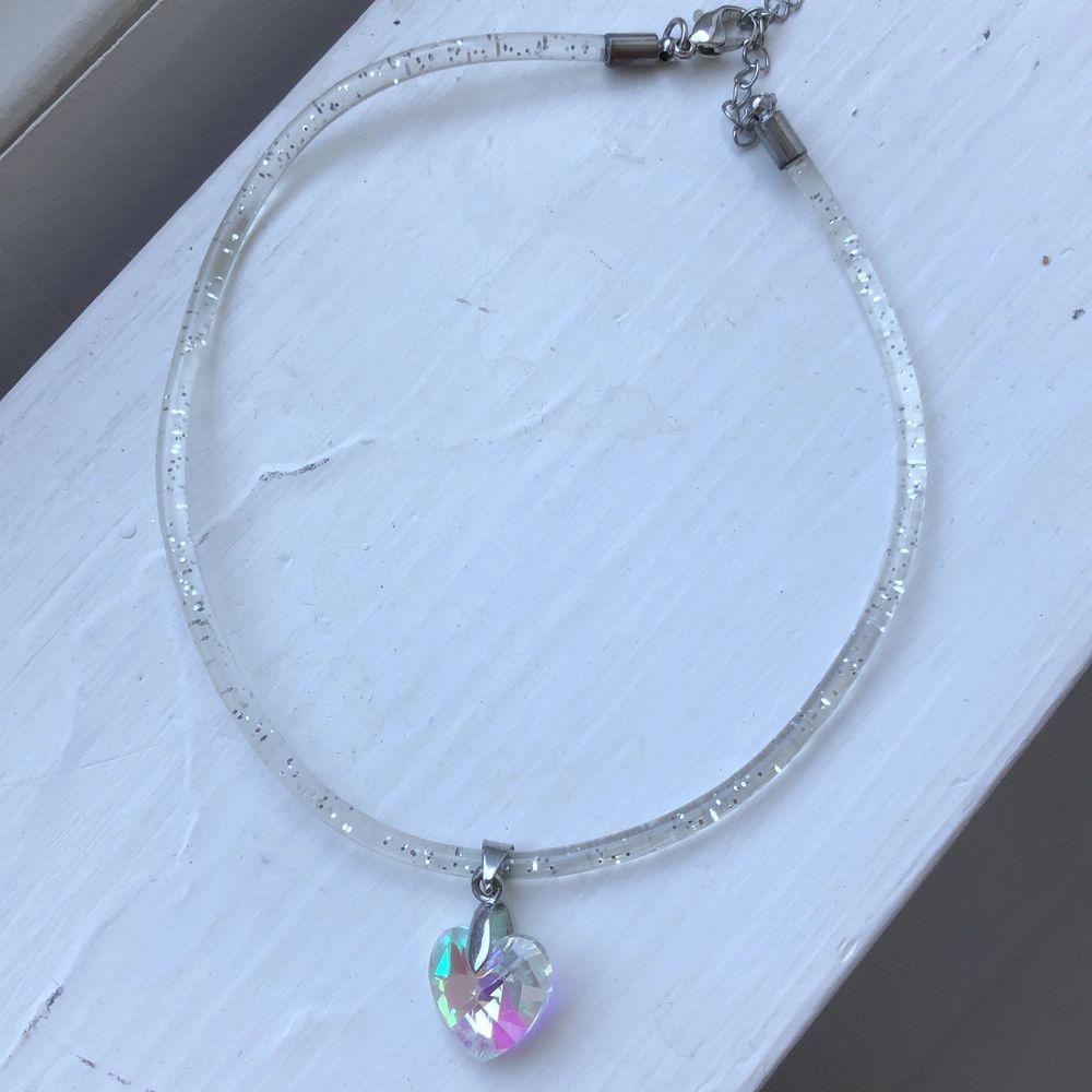 Gullig choker/halsband med berlock som skimrar i olika färger. Priset är inkl frakt.. Accessoarer.