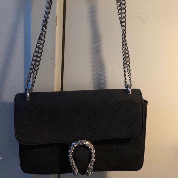 Väska i mockaimitation från Nypd. Använd endast vid två tillfällen. . Väskor.