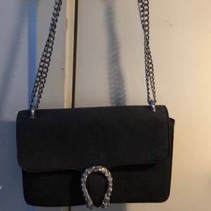 Väska i mockaimitation från Nypd. Använd endast vid två tillfällen.
