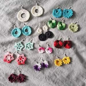 Virkade örhängen som kommer i unika färger och designer. Finns fler designer, skriv så visar jag fler bilder :) Nickelfria. (Bara leverans, frakt ingår i priset)