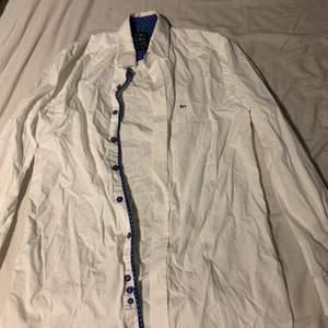 Snygg vit skjorta med lite blått på insidan!