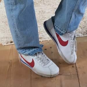 Så coola 90-tals Nike skor! Helt ok skick, sparsamt använda då dom är lite för små för mig. Storlek 39 men passar säkert en 38/38,5 bättre. Köpare står för frakt på 80kr
