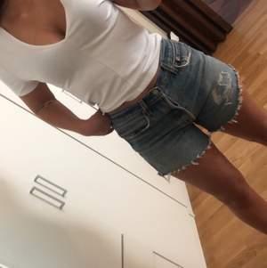 Säljer mina avklippta Levis-jeans som jag gjort om till shorts, strl 36/38