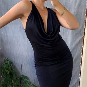 """Svart långklänning från H&M, aldrig använd och med prislapp kvar. Den går att ha på båda hållen beroende på vilken slags uringning man vill ha:) Stl 34 men passar mig som är en stl 36 då tyget är lite åt set """"stretchiga"""" hållet."""