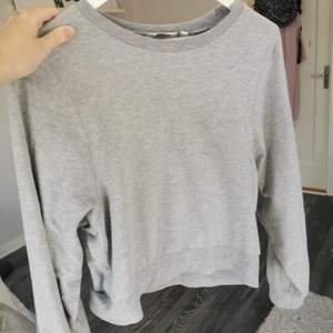 En grå sweatshirt. Inte använd många gånger. 50kr+frakt