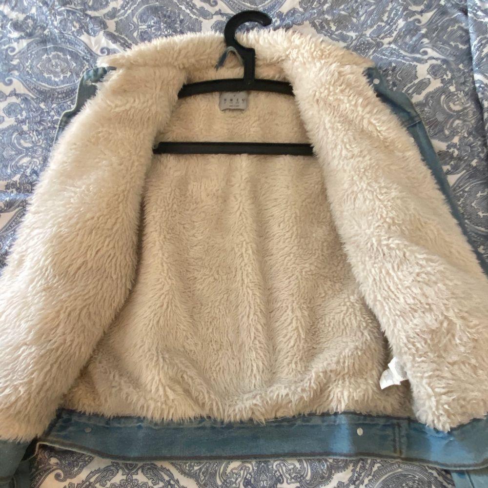 Säljer en denim jeans pälsjacka. Den är väldigt varm och go. Jag hade den under höst och vinter. Passar perfekt för vinter och höst perioden. Endast använd ett par gånger. . Jackor.